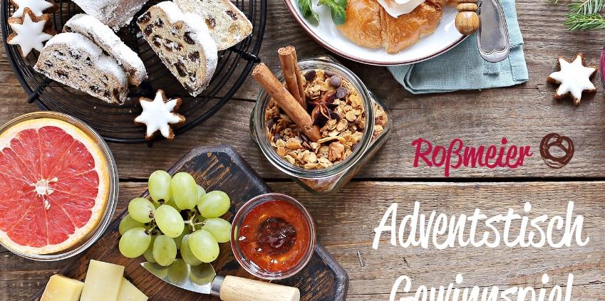 Weihnachtlich gedeckter Tisch mit Adventsleckereien zum Gewinnspiel der Bäckerei Roßmeier